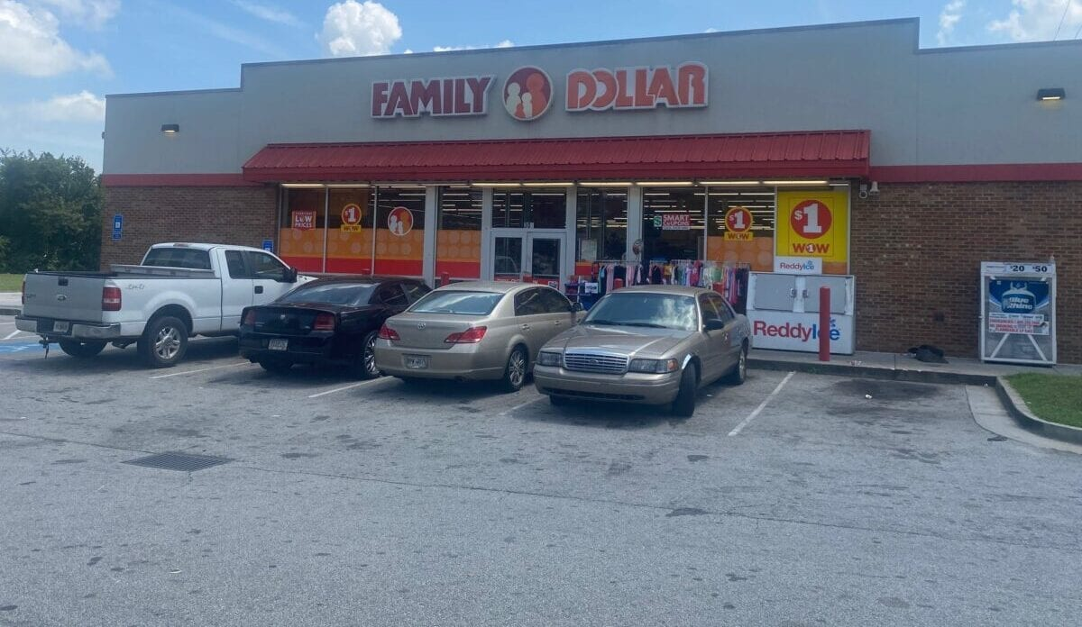 Family Dollar front view of store