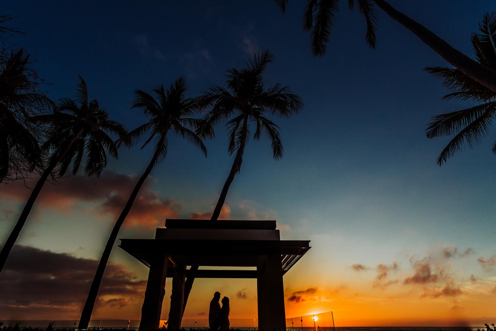 wedding-siluette-bride-groom-sunset-ocean-vallarta-beach-palms-sky-clouds