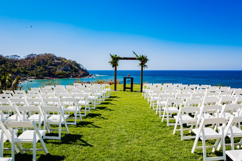 ceremony setting, chairs and altar for the wedding in sayulita with a blue ocean I the background
