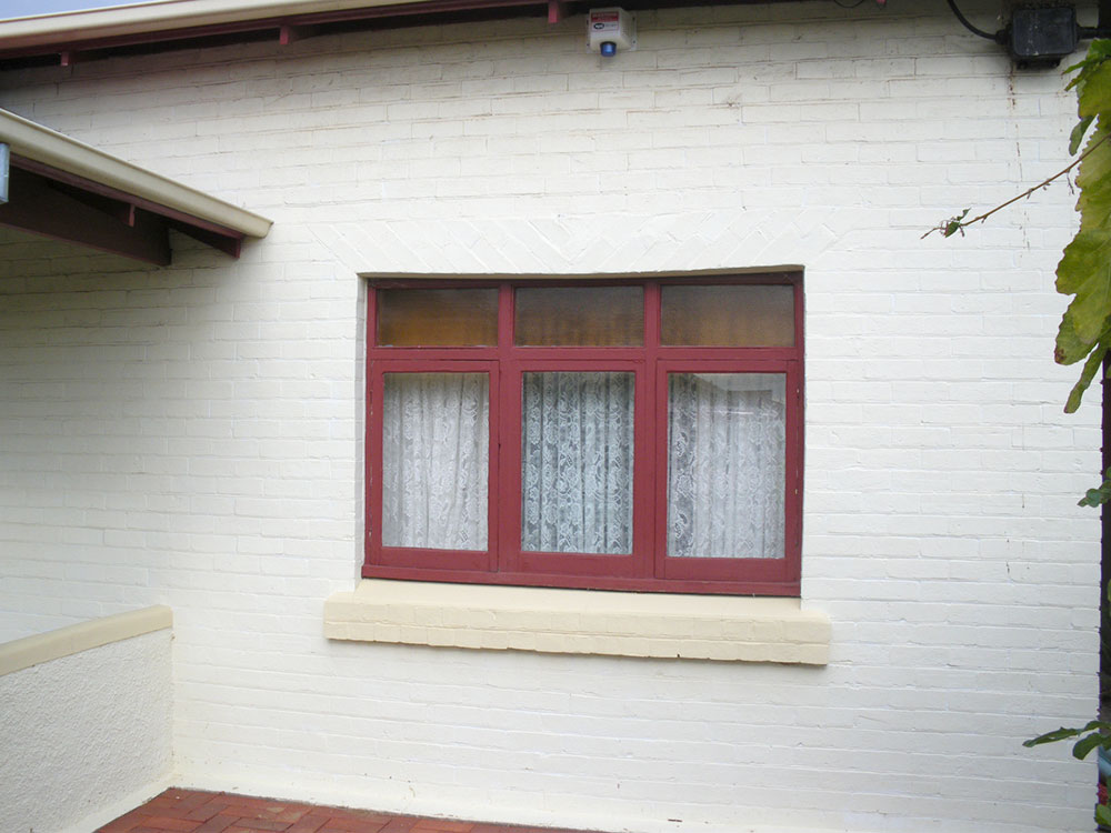 Bungalo-red-brick-front-before