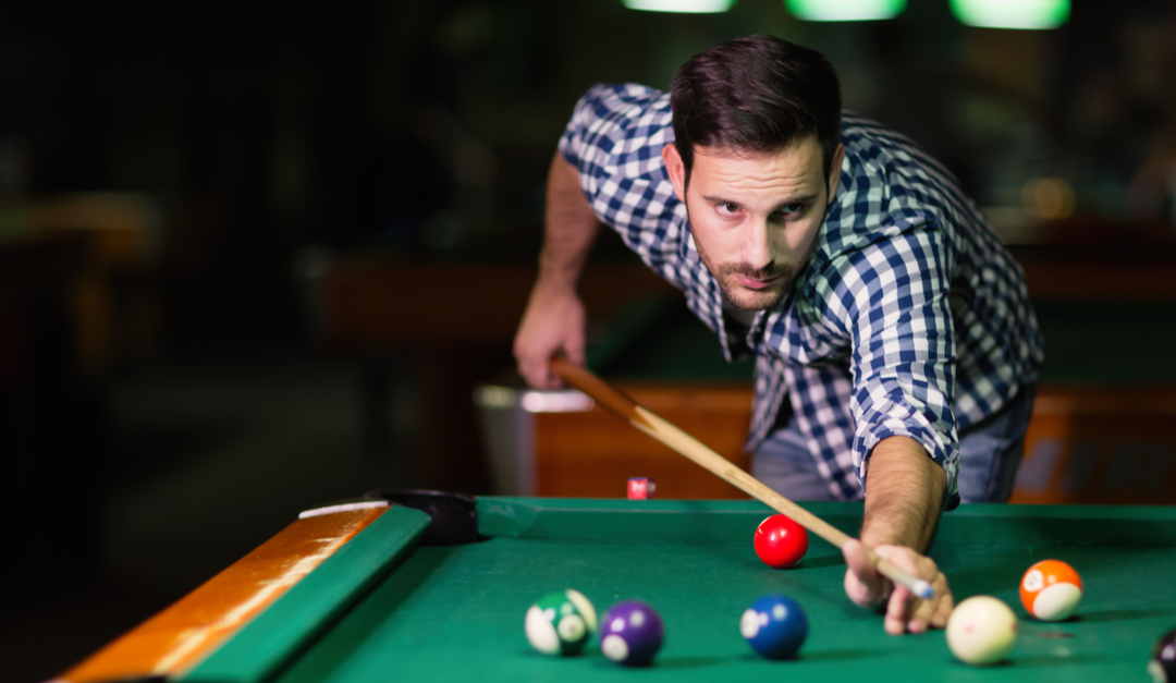 A Beginner Pool Player's Guide On How To Hold a Cue