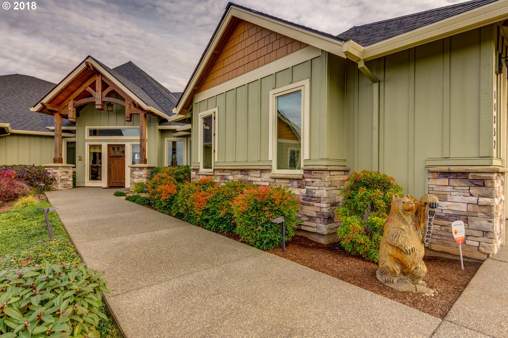 Hammer-beam style truss on the front of an Edgecliff Estates home designed by timber entryway company Framework Plus in Estacada, OR