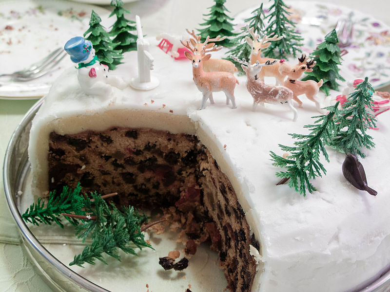 """James Petts from London, England [<a href=""""https://creativecommons.org/licenses/by-sa/2.0"""">CC BY-SA 2.0</a>], <a href=""""https://commons.wikimedia.org/wiki/File:Christmas_cake_(6954064737).jpg"""">via Wikimedia Commons</a>"""