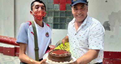 """""""Paquito"""" feliz en su cumpleaños; recibió del diputado local electo, Marco Martínez, un rico y sabroso pastel"""