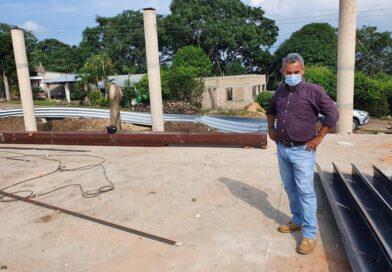 Jorge Quinto Zamorano, en compañía de personal de Obras Públicas, supervisó la obra del multideportivo en Barrosa