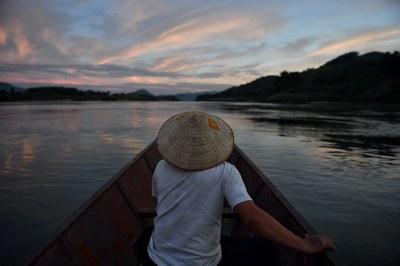 Hình minh hoạ. Một người dân ngồi trên tàu đánh cá ở sông Mekong ở Sangkhom, Thái Lan hôm 31/10/2019