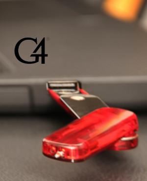 Memoria USB marca G4 colocada en una portalaptop