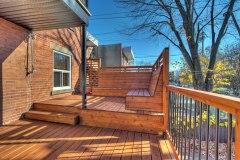 Bancs sur mesure en cèdre rouge intégrés à la terrasse.