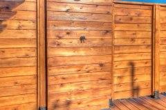 Douche extérieure avec dalles imitation ardoise pour l'extérieur