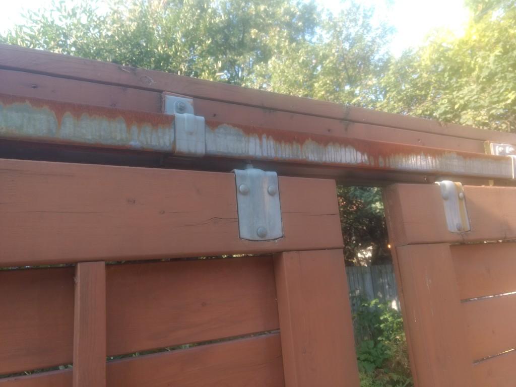 Système de porte acier avec rouille. Clôture Montréal