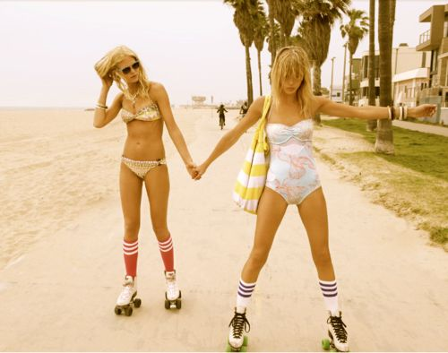 two friend roller skating in venice beach