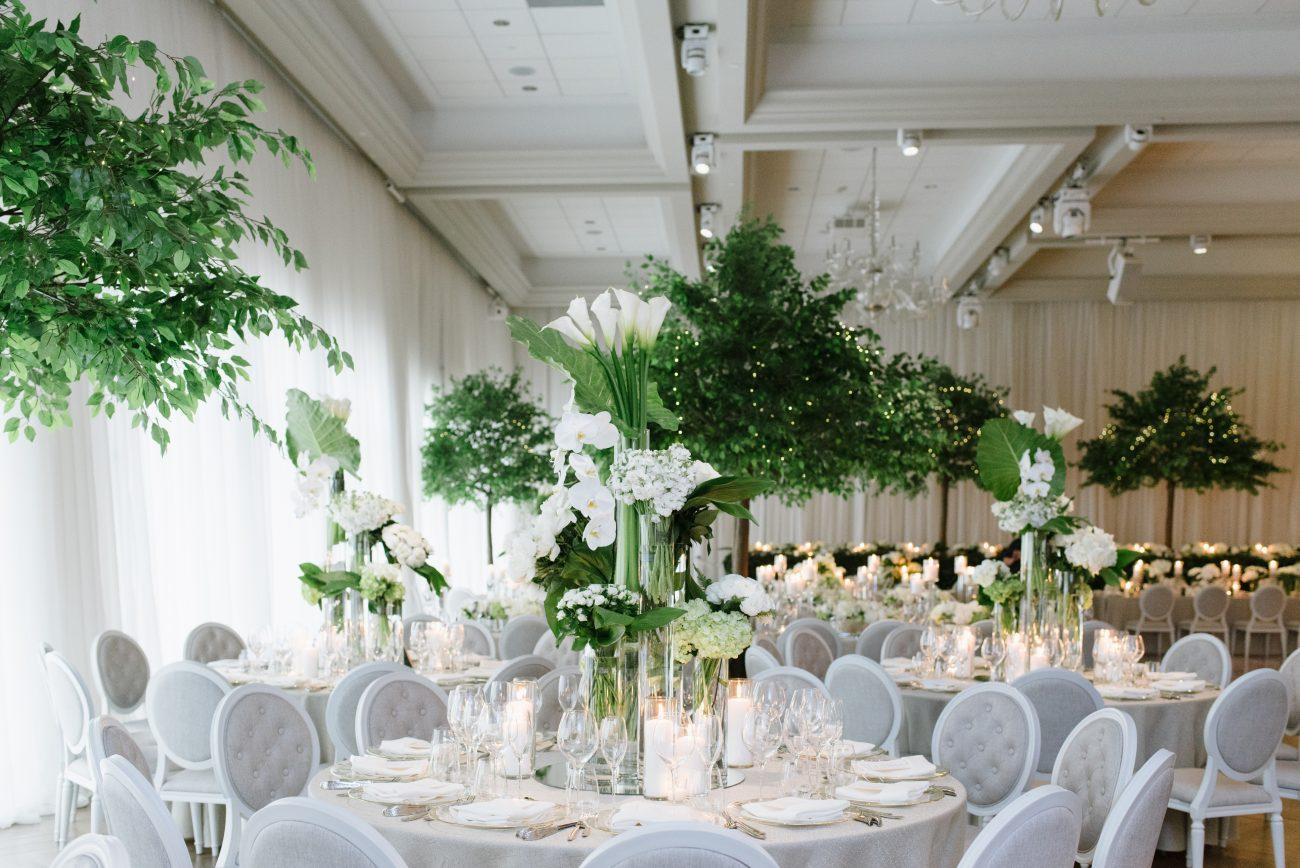 White tulip centrepieces for elegant and clean event