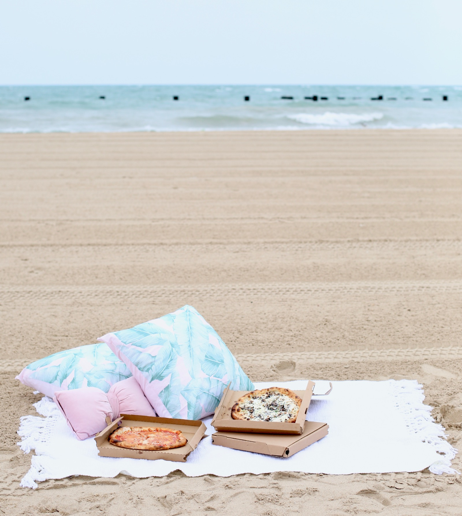 how to throw the best beach picnic