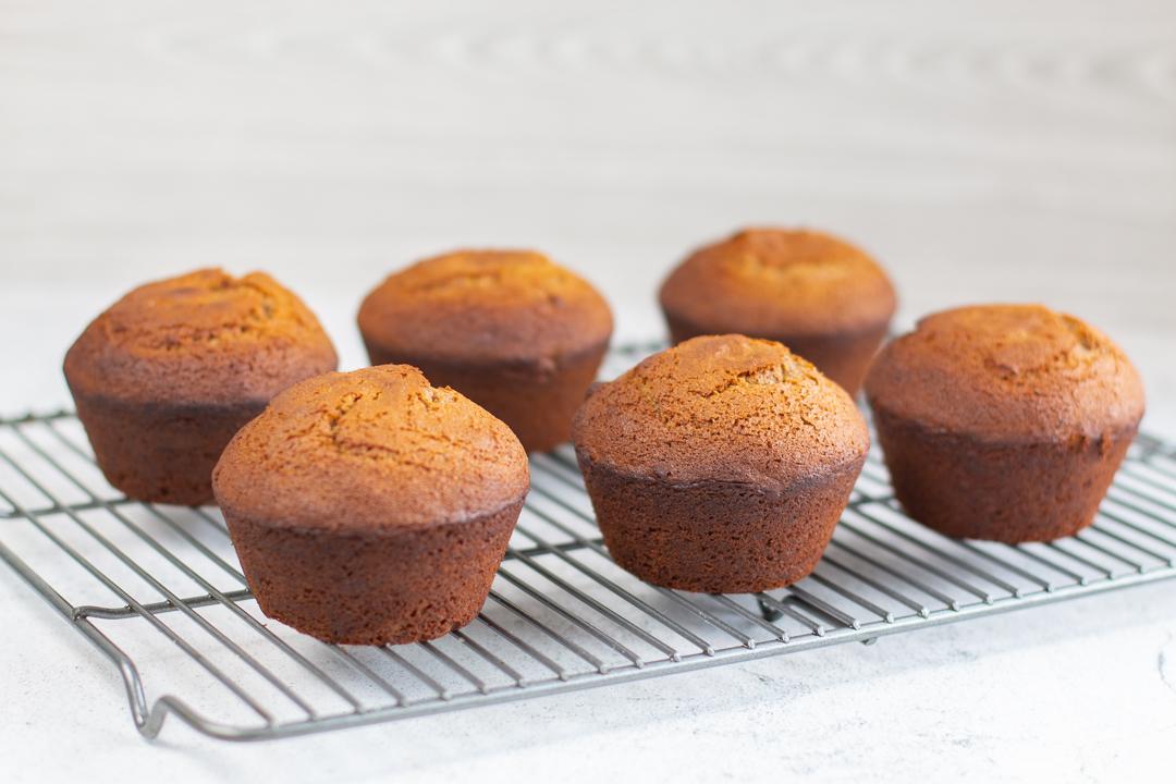 6 honey cakes, ready to frost