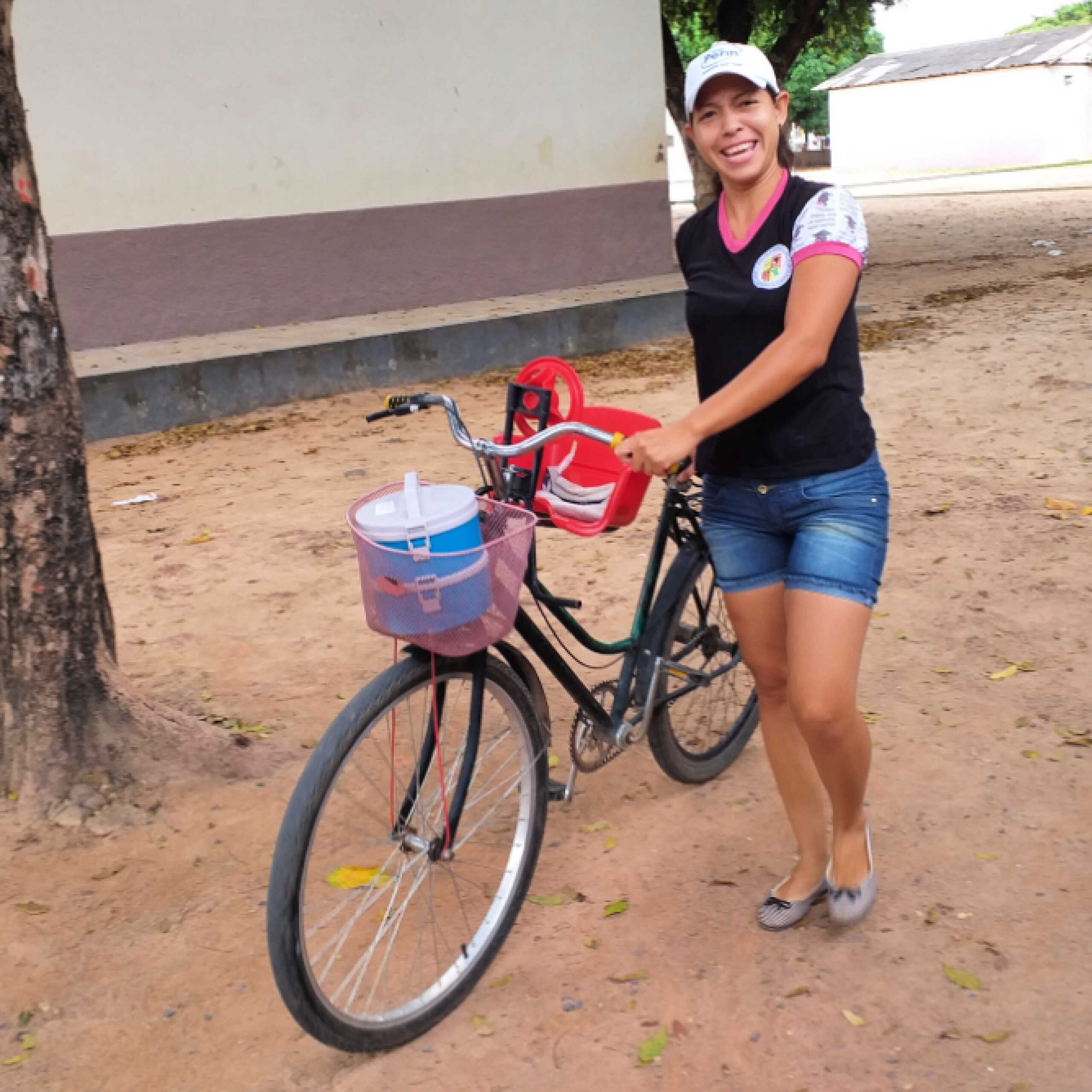 Venezuelan beneficiaries pick up the lunchboxes.