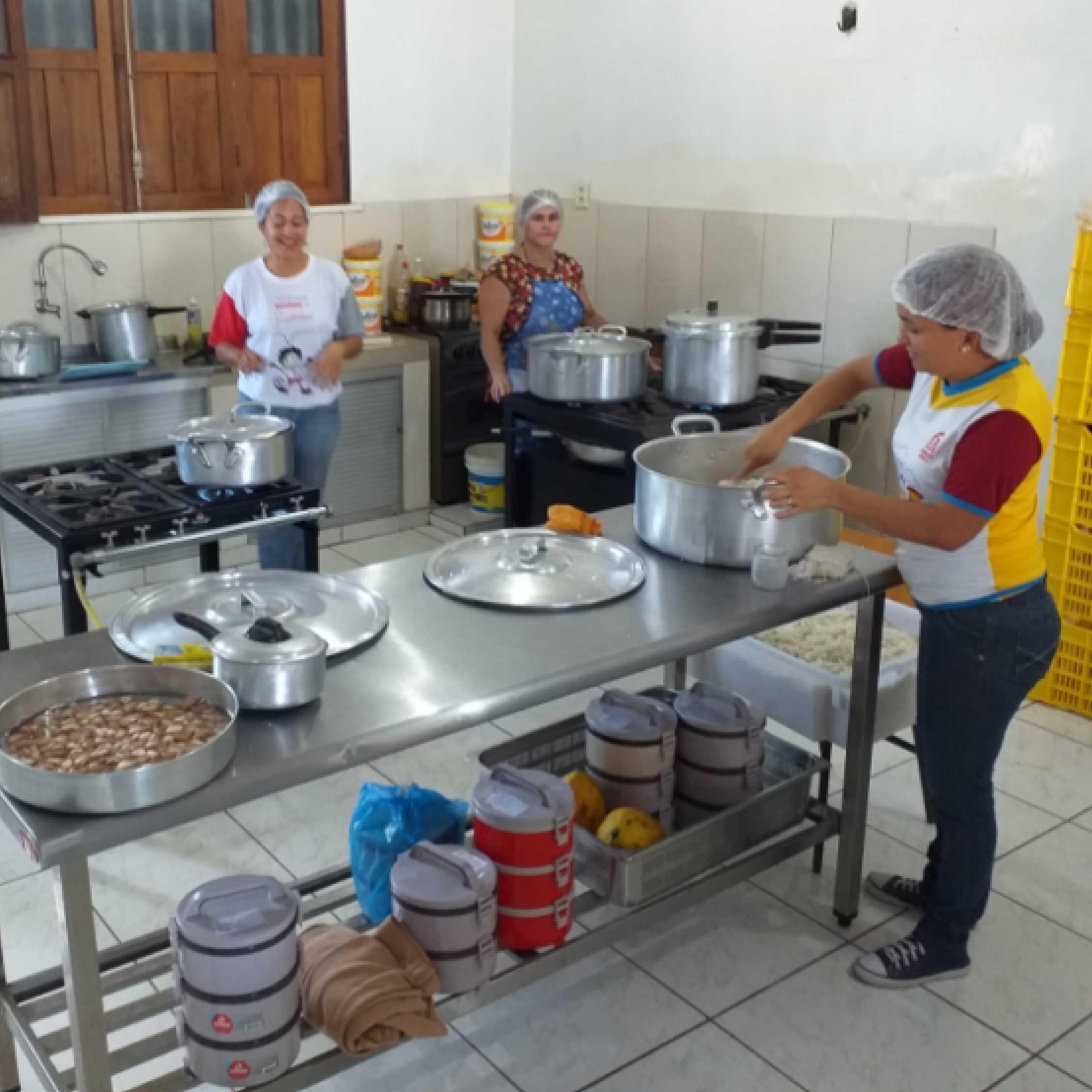 Volunteers prepare food for the Venezuelan families.