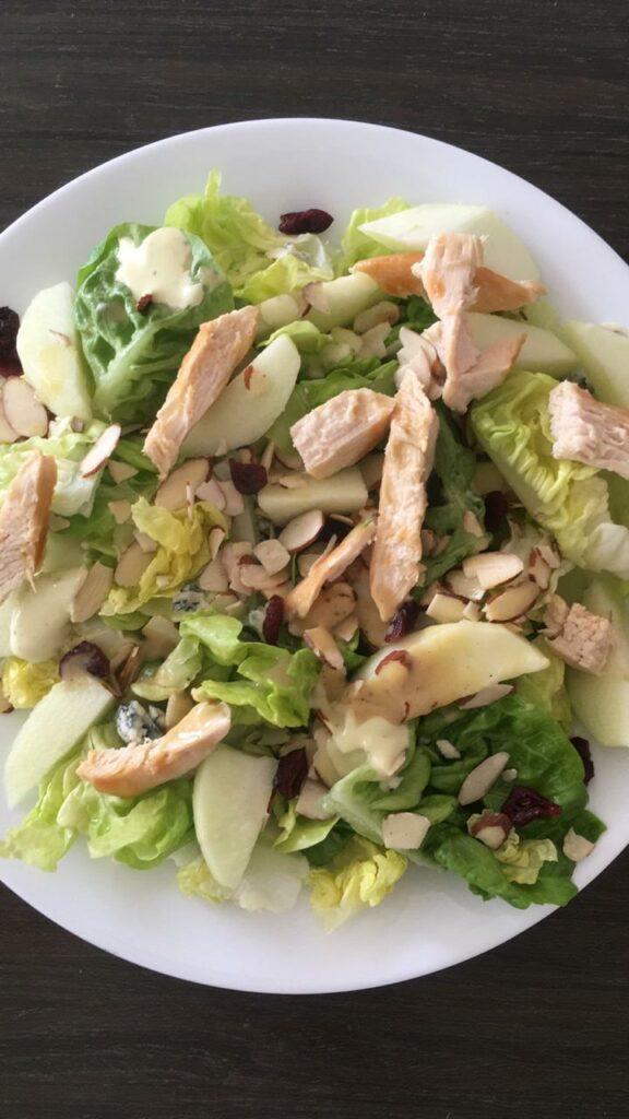 Almuerzo: Ensalada con manzana, pollo, almendras.