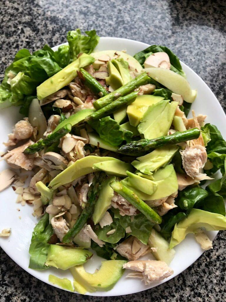 Ensalada verde con pollo, aguacate, esparragos. Almuerzos rapidos saludables y faciles
