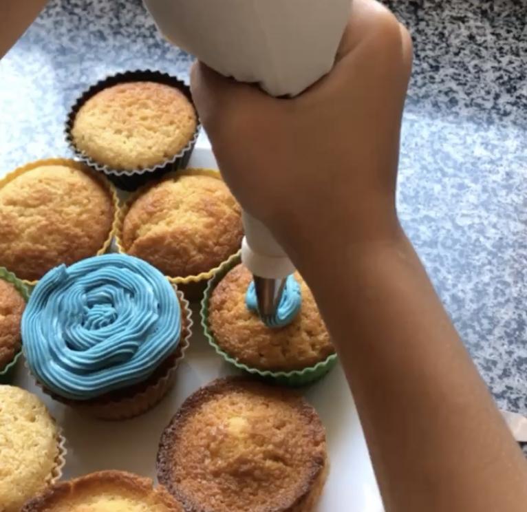 Cubriendo los cupcakes con frosting
