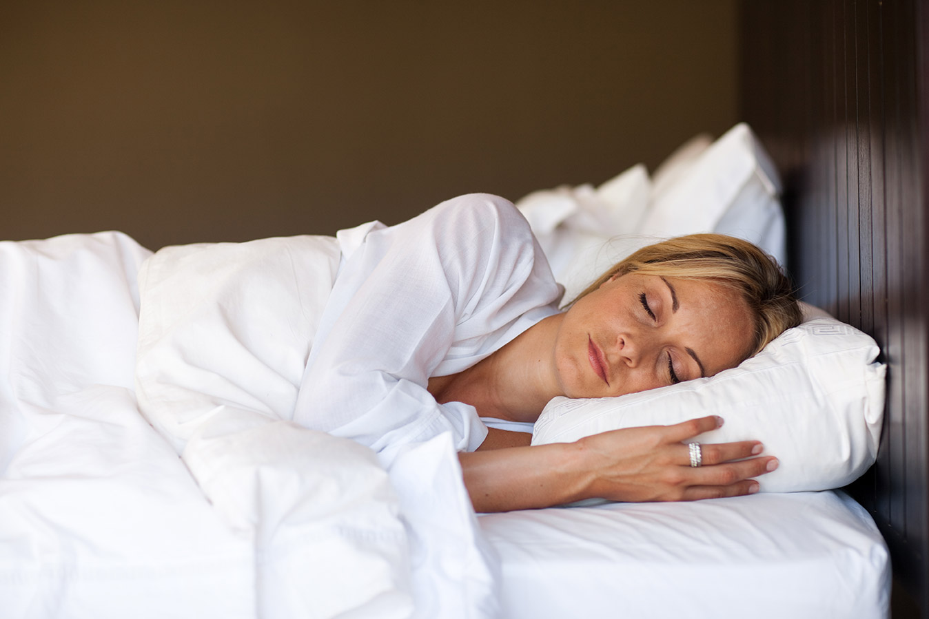 woman sleeping so that she's focused in the morning