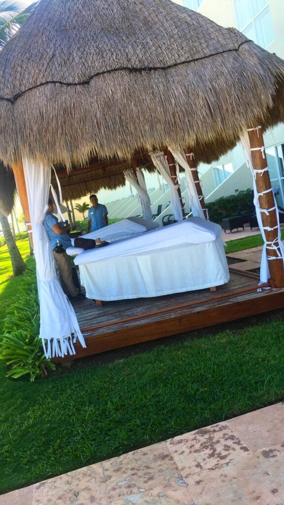 Massage beds and massages on the beach