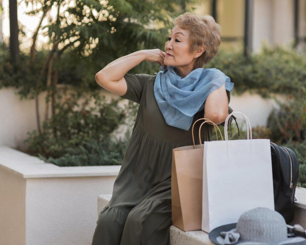 Idosa faz compras no shopping simbolizando a Economia Prateada