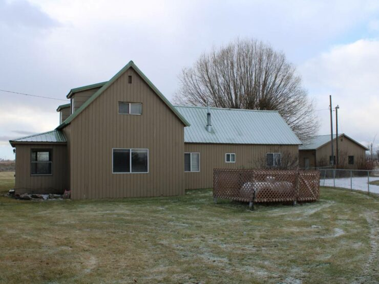 Home on Eastside Hwy, South of Stevensville – Available Now!