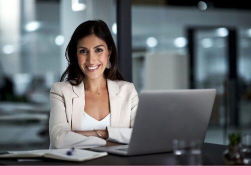 Retrato de uma mulher de negócios feliz trabalhando em sua mesa de escritório
