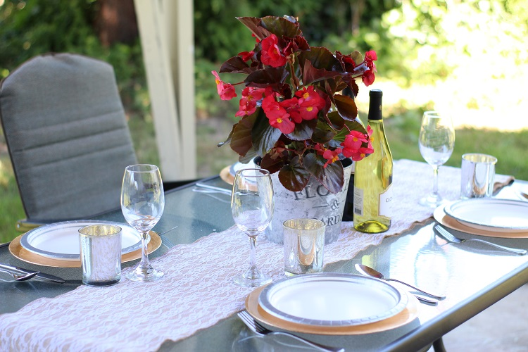 During the summertime all meals should be had outdoors - especially dinner parties! Check out these genius tips for a perfect summertime tablescape!