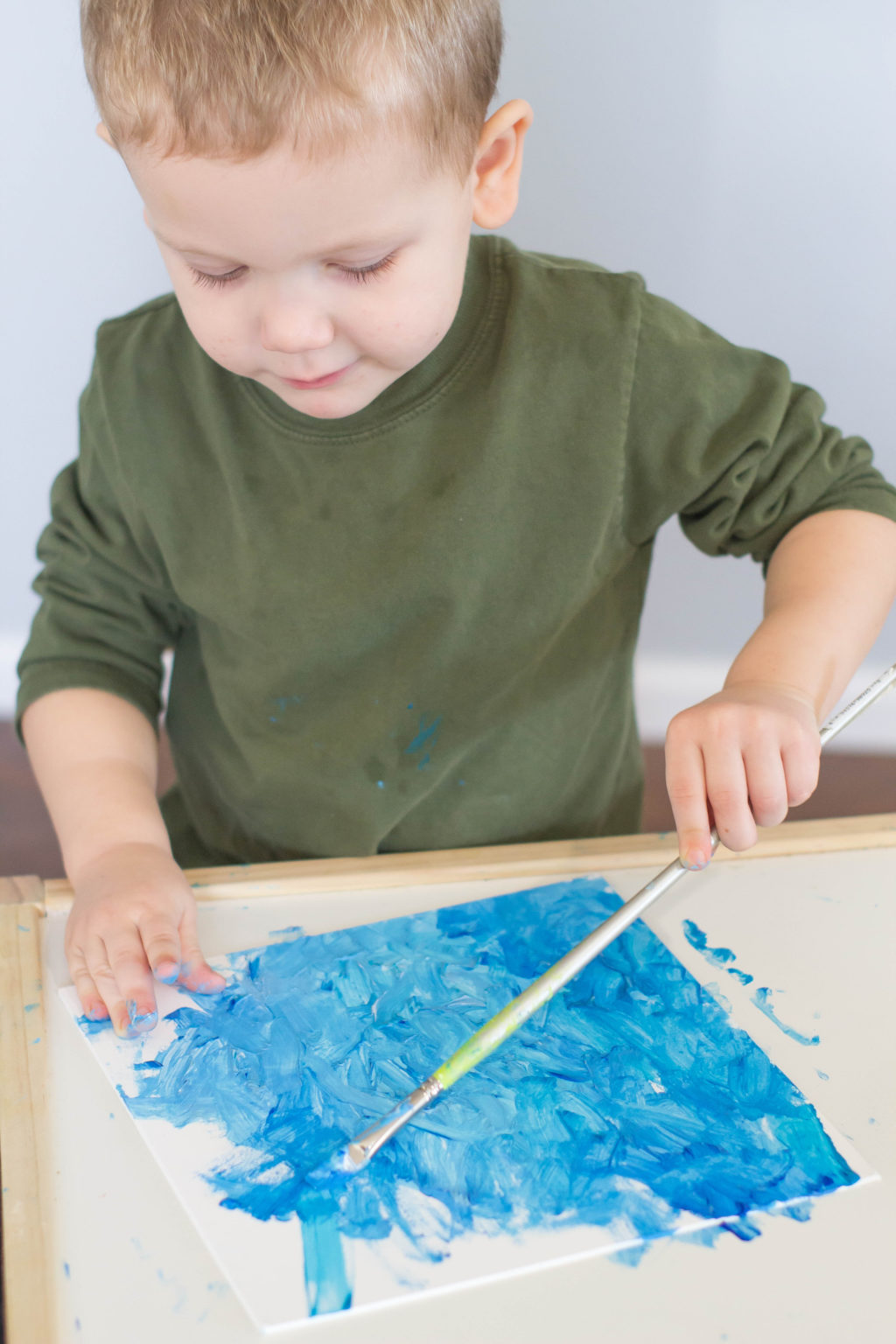 Looking for a winter toddler craft to do with your little one? Sparkly snow art is the perfect winter process art project!