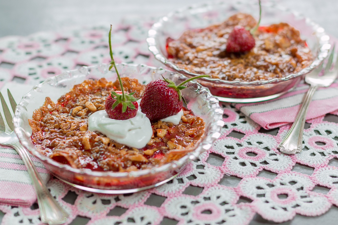 Genius Strawberry Lace-Cookie Crisp in individual pie pans