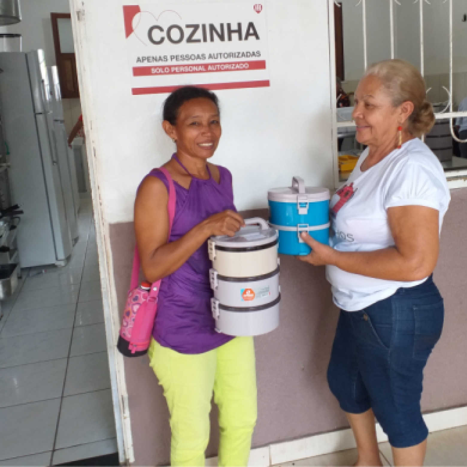 Venezuelan mothers receive the lunchbox for the daily meal.