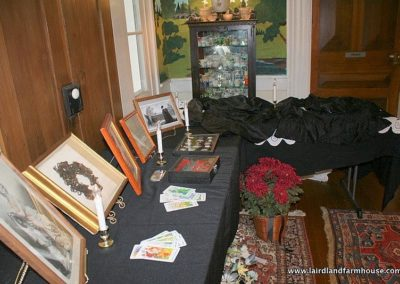 Examples of wreaths, fans, jewelry, cards and other items of a House in Mourning