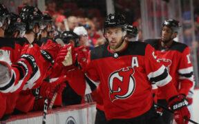 Taylor Hall cumprimenta colegas de time em jogo do New Jersey Devils