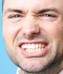 Imagen de hombre rechiando dientes