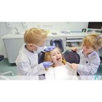 ninios jugando al dentista