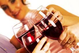 grupo de gente tomando vino