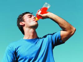 joven tomando bebida deportiva