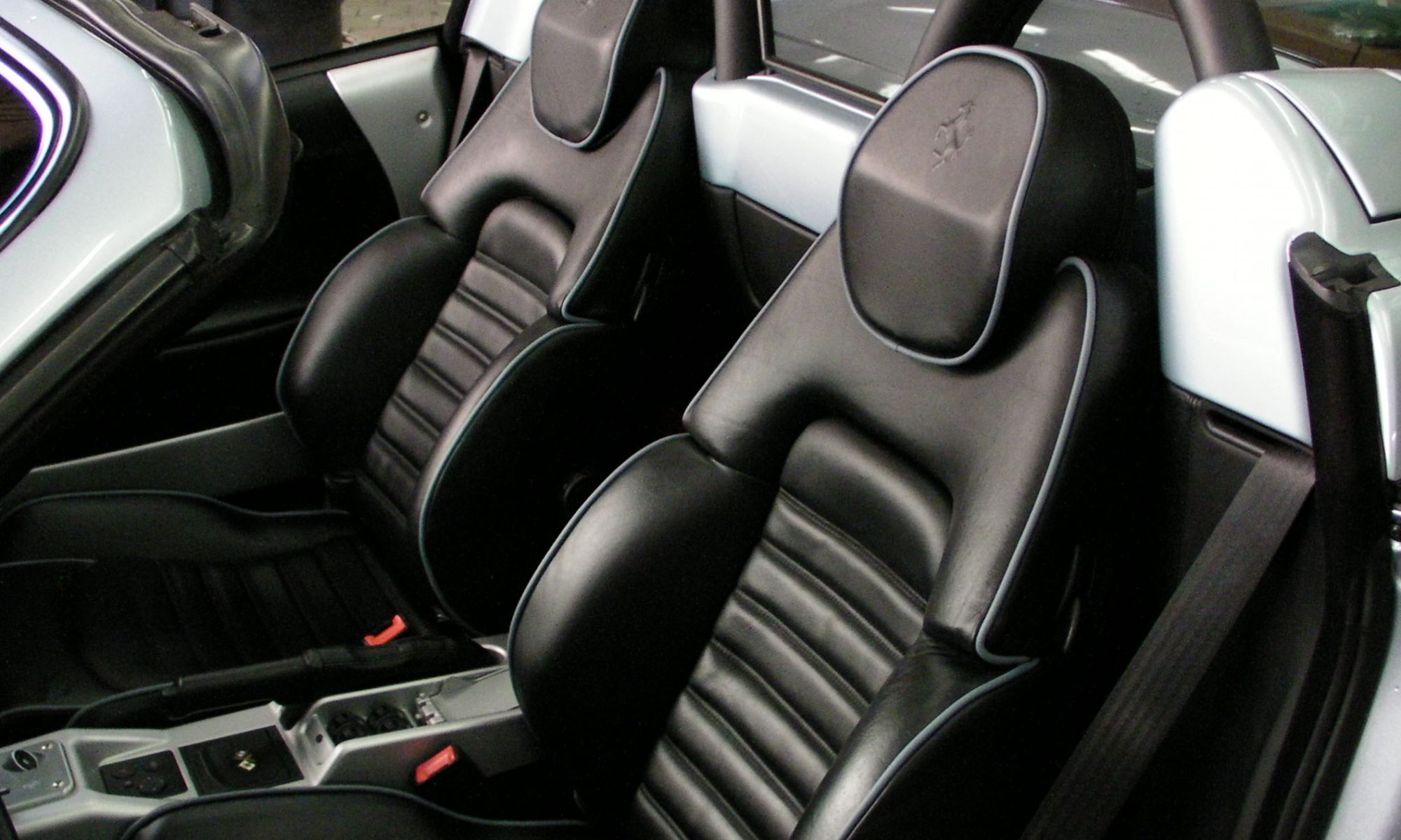 Ferrari F360. Services: Seats and headrests with contrast piping.