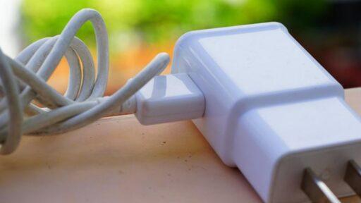 Verificar cargador y cable USB: Mi celular no carga