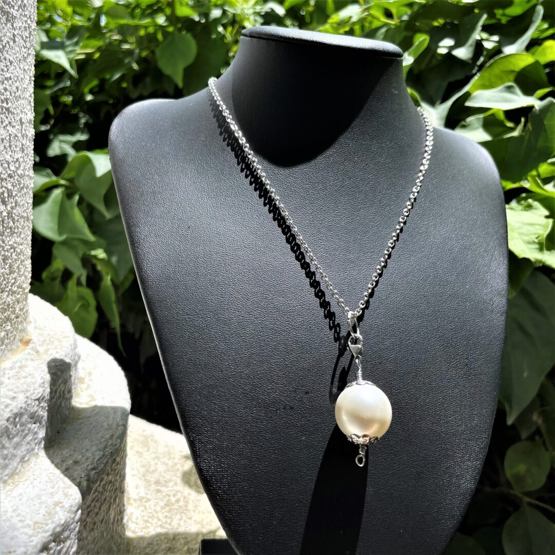 A Classy Shell Pearl Pendant Necklace on a bust