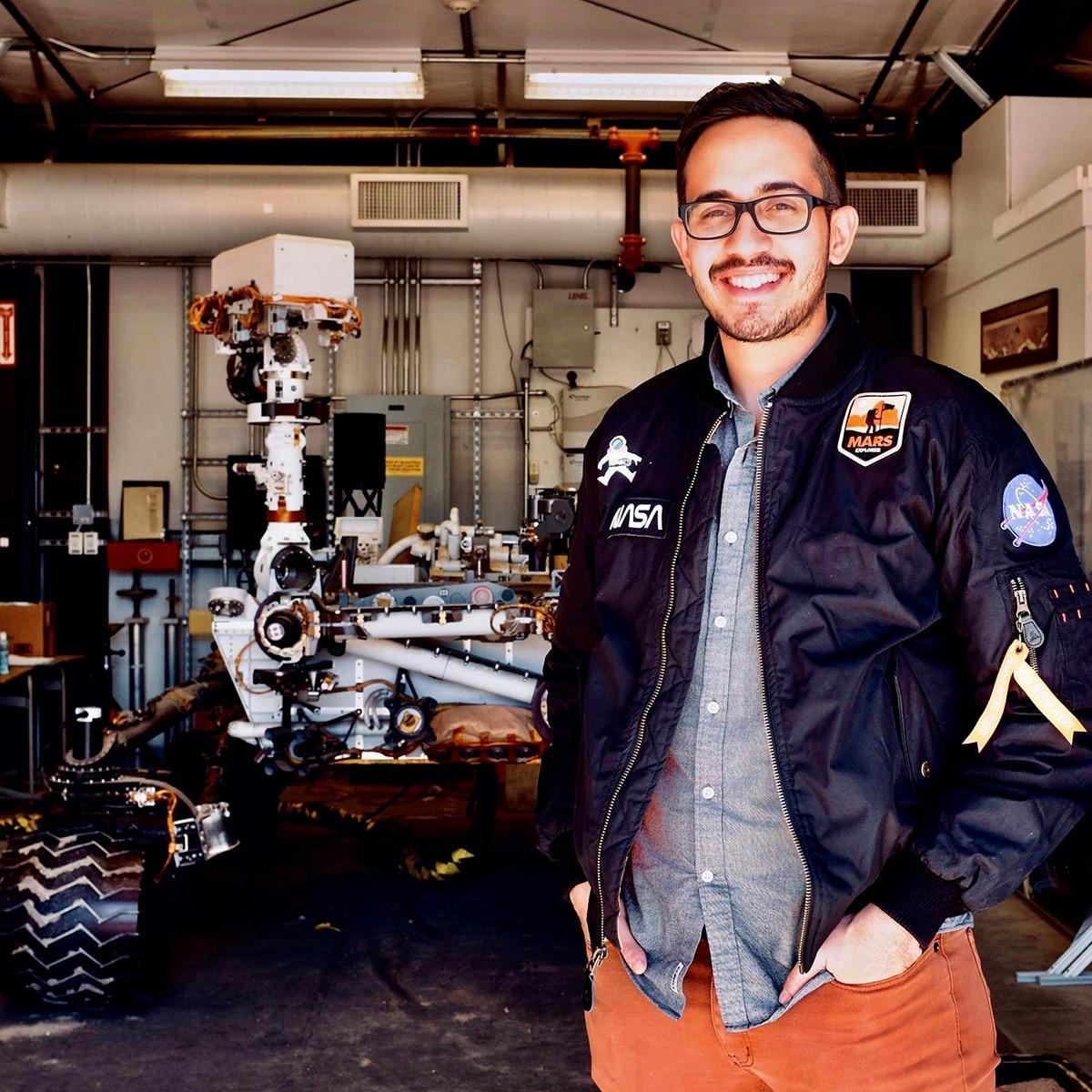 Ecuatoriano llega a la NASA y envía un robot a Marte