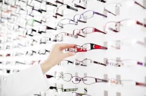 Female optician suggest glasses