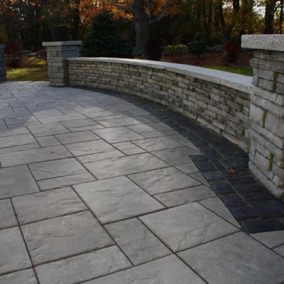 Coastal Slate Rivercrest wall with Peppered Granite coping, New York Blend Beacon Hill Flag field with Basalt Copthorne exterior border