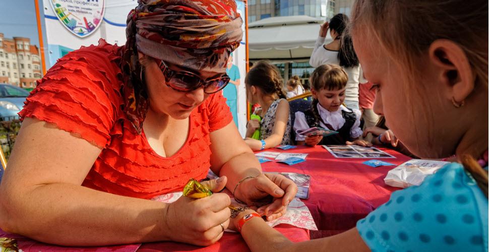 Lady Drawing Glitter Tattoo