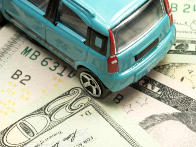 Ein Kleinwagen und Dollar Geldscheine