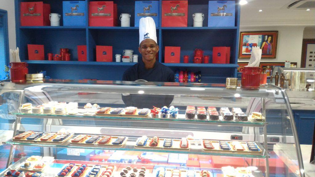A vitrine de sorvetes e a prateleira de caixas de chocolates para presente