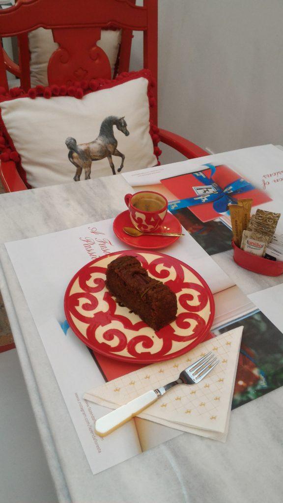 Um café e uma fatia de bolo de maçã sem glúten em um ambiente com cara de fazenda