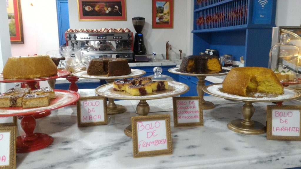 Diariamente novos tipos de bolo, com ou sem glúten, saindo do forno