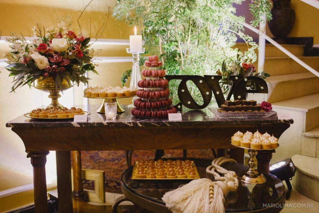 Um exemplo de mesa de bolo e doces